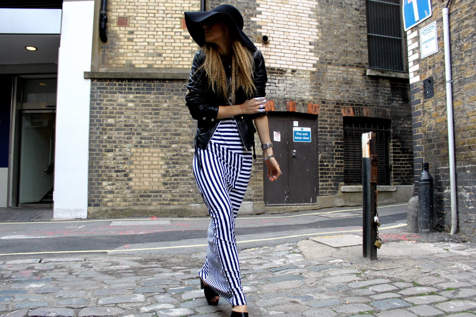 http://3.bp.blogspot.com/_wt2s3LZZI7M/TB5Bl5WTh_I/AAAAAAAAJWQ/sUS3JPHoWRk/s1600/5-inch-and-up-blog-primark-acne-striped-dress-american-apparel-floppy-hat-zara-clogs-6.JPG