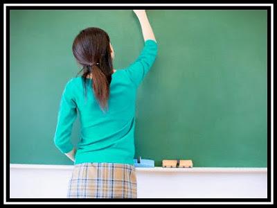 EDUCACION_Maestra+en+pizarron%2Bpizarron%2Btiza%2Bclases%2Bcolegio%2Bense%C3%B1ando
