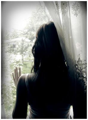 mujer mirando ventana