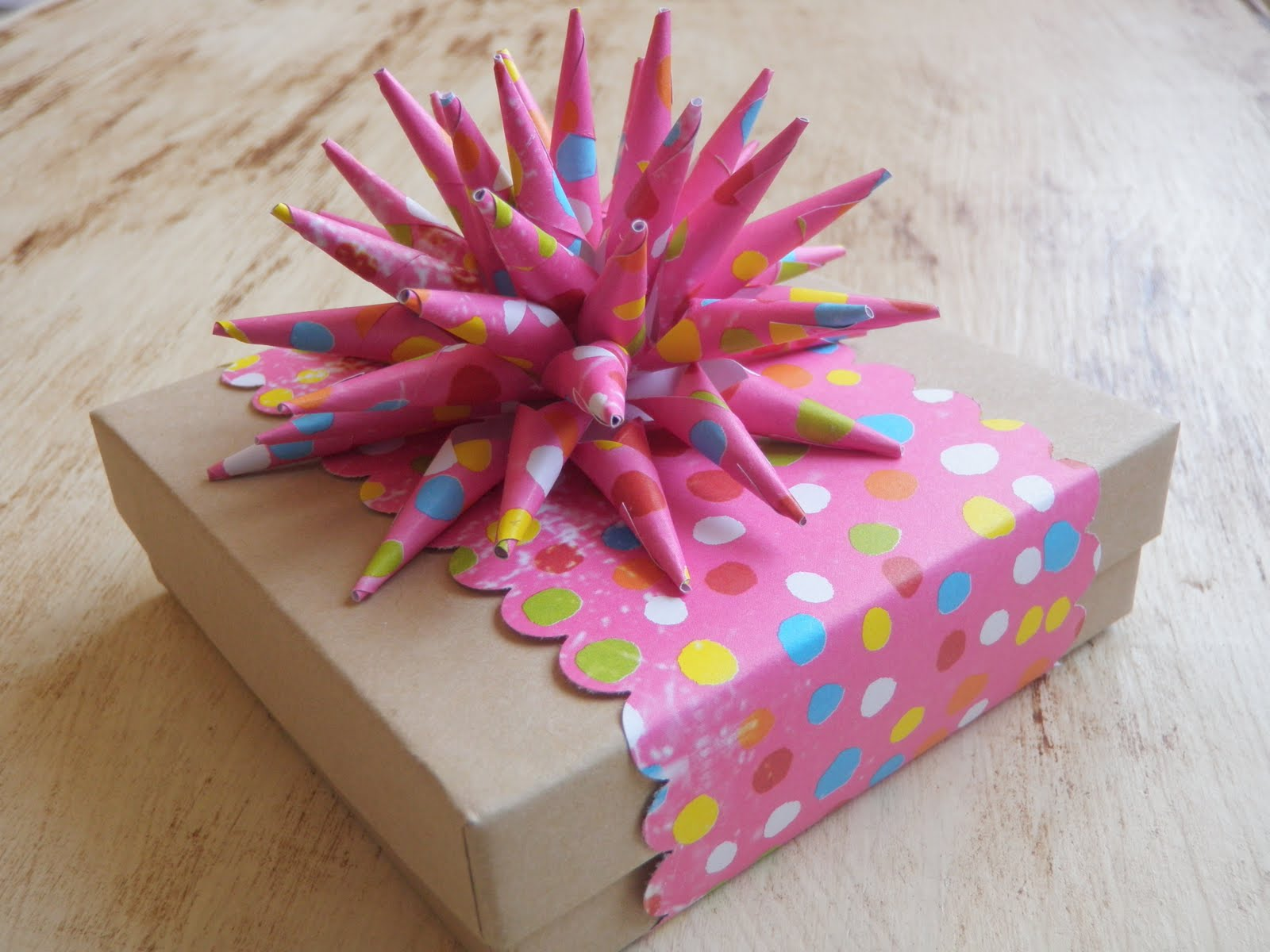 Handmade gifts wrap gift how to make a paper spike bow - Envolturas de regalos ...