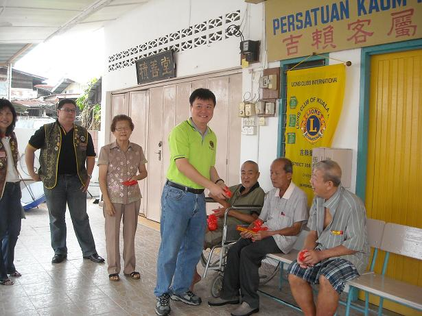 visiting old folks home Orange valley offers quality nursing homes care and caregiving services throughout singapore contact us on 6499 4699 to learn more.