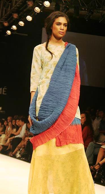 Related : Latest Saree Designs, Sari Styles, Latest Fashion of Saree