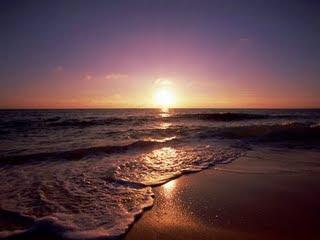 Contemplo as ondas do mar, nesse belo entardecer