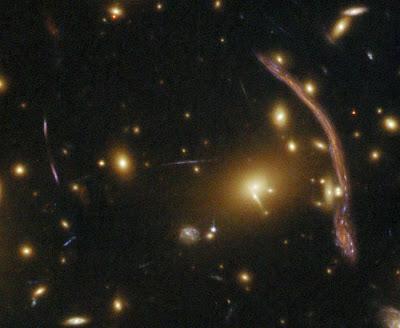 Resultado de imagen de El cúmulo de galaxias Abell 1689 desvía la luz