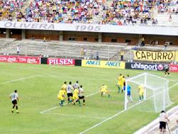 Incidencia del partido entre Peñarol (de gris) y Cerrito, por el Campeonato Apertura, en el estadio Atilio Paiva Olivera