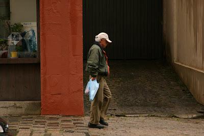 Dalton Trevisan, pelas ruas de Curitiba, em foto de Marcelo Ridini, Agência Folha