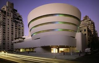 el edificio combina geometra con formas orgnicas tringulos arcos crculos y cubos y diseado en espiral contiene un zigurat invertido que distribuye