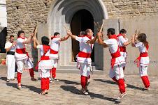 Bastoners de Malla dansant davant la porta de l'Església de Sant Vicenç