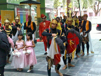 Family Wedding Ceremony on In Malay Wedding Ceremonies The Procession Of The Bride And Groom Is