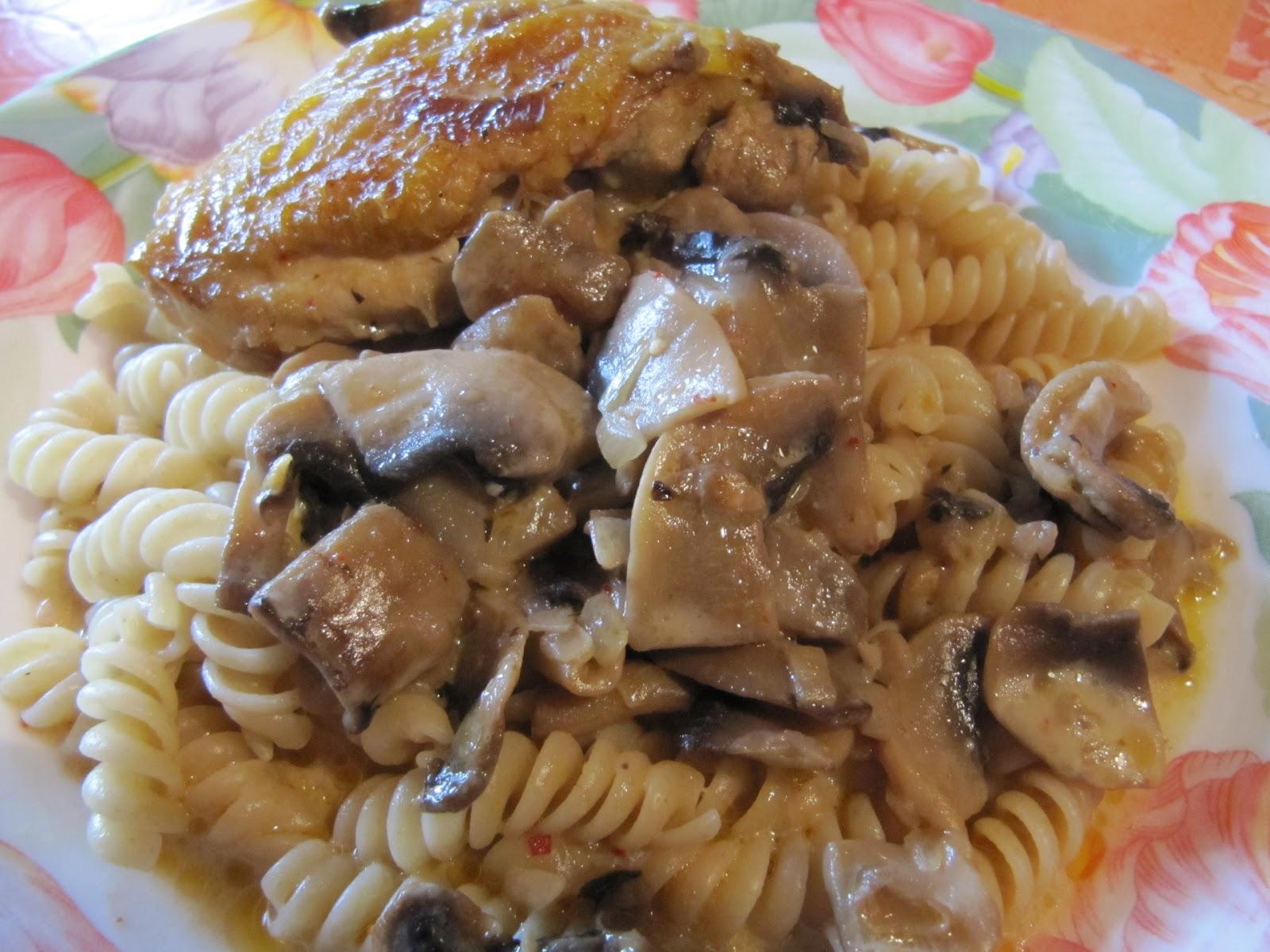 A table poulet au vin blanc et aux champignons de paris - Cuisse de poulet au vin blanc ...