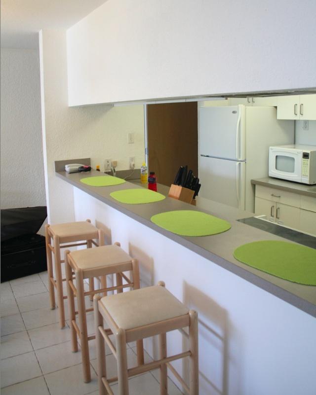 Pon linda tu casa decoraci n de interiores for Cocinas pequenas con desayunador fotos