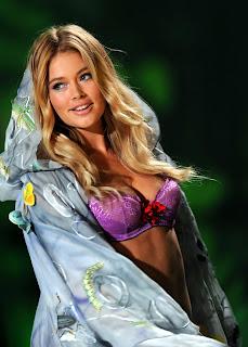 Doutzen Kroes models lingerie at the Victorias Secret Fashion Show