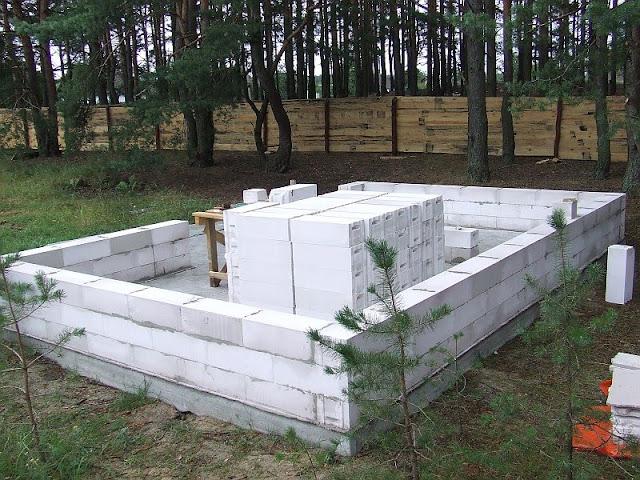 Первые три ряда блоков уложены
