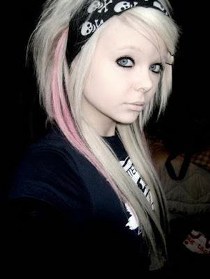 tatuaje emo. Algunos 'Emo' se maquillan los ojos de color oscuro al estilo gótico