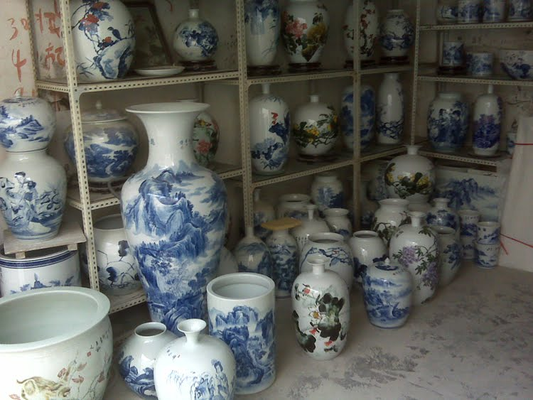 Tales of a red clay rambler lao chang decorators for Decorating with blue and white pottery