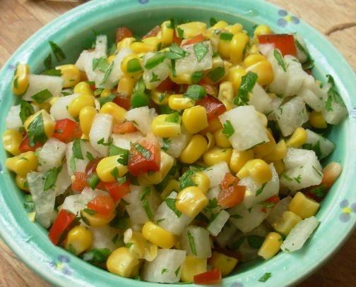 Салат из кукурузы с сухариками и колбасой
