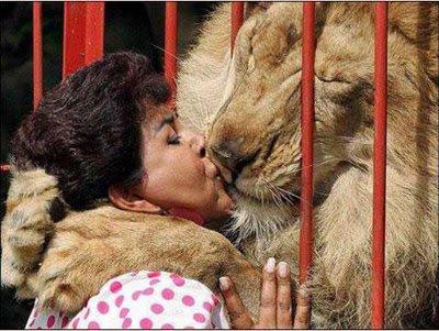 beso entre leon y mujer