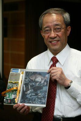 Ο διευθυντής της E Ink Scott Lou με τον έγχρωμο e-reader της Hanvon