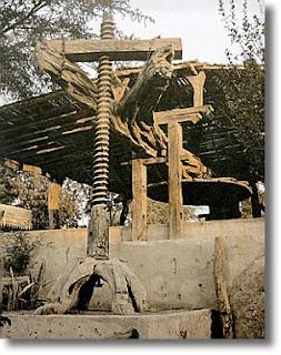 La prensa de palo, típicamente peruana y costeña, está hecha de Guarango y tiene un perfil inconfundible. Foto: www.piscoesperu.com