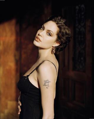 foto de angelina jolie con vestido negro de noche