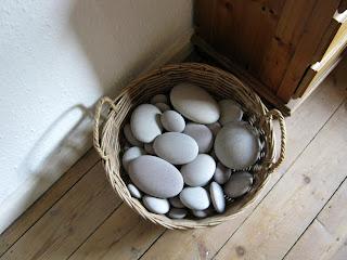 http://3.bp.blogspot.com/_xh1gR-R6Mks/Stndn2p0jaI/AAAAAAAACDM/XnQ5sQGGzM0/s400/stones+in+a+basket.jpg