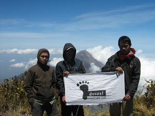 Puncak Merbabu 3142 mdpl dengan background Gunung Merapi