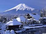 忍野村にある、資料館の中からの写真<茅葺きの家と雪富士>
