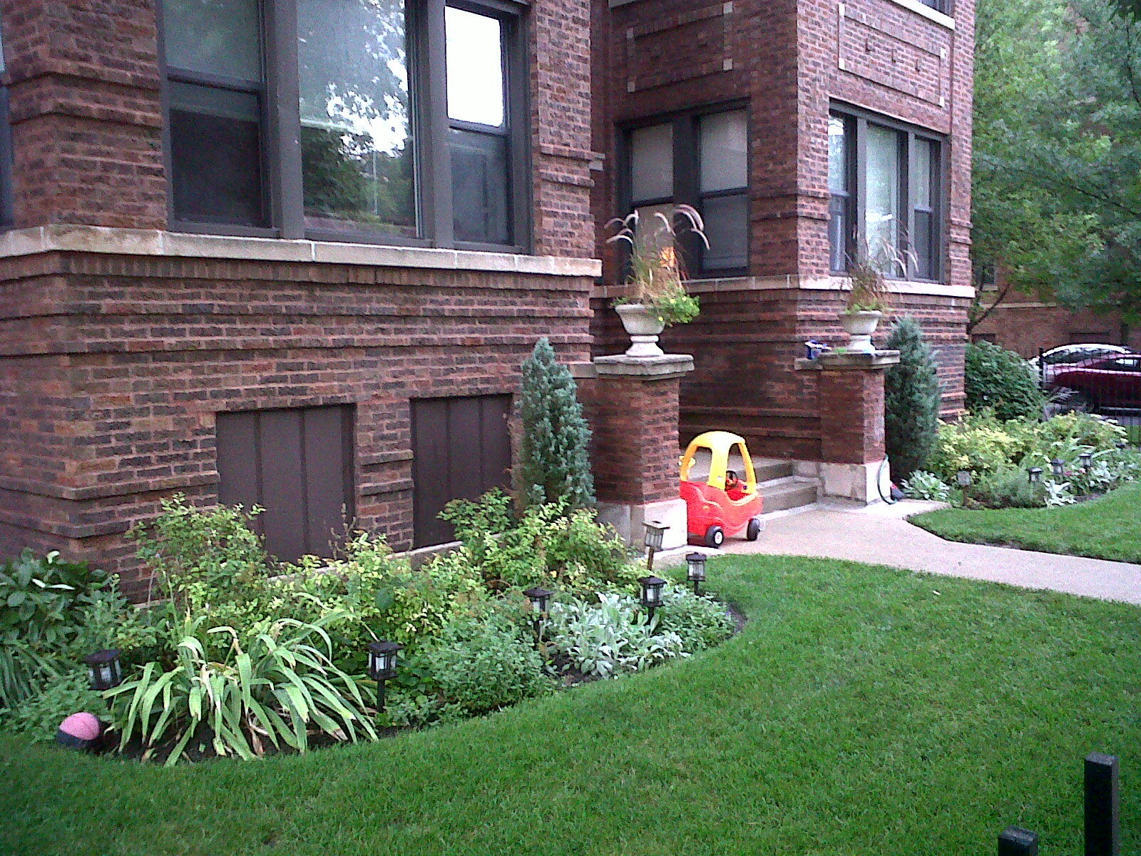 The chicago real estate local ravenswood gardens has curb for Curb appeal landscaping