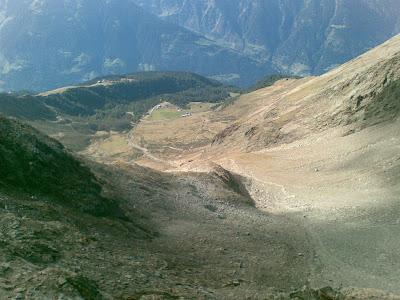 Blick vom Gipfel des Hirzer auf die Hirzer Hütte und Klammeben