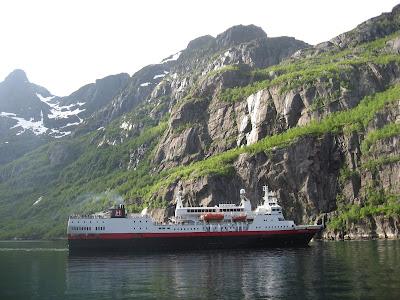 Wendemanöver: Schiff der Hurtigruten im Trollfjord