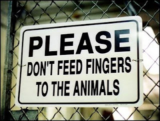 funny signs dont feed your fingers to the animals at the zoo