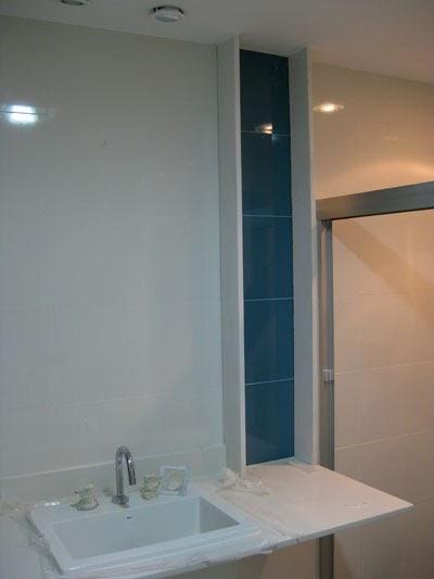A Grande Reforma do pequeno Apê Fixação de pedras com massa plástica -> Nicho Banheiro Vertical
