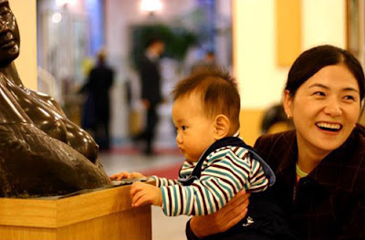 Una Teta muy especial. Baby-and-statue
