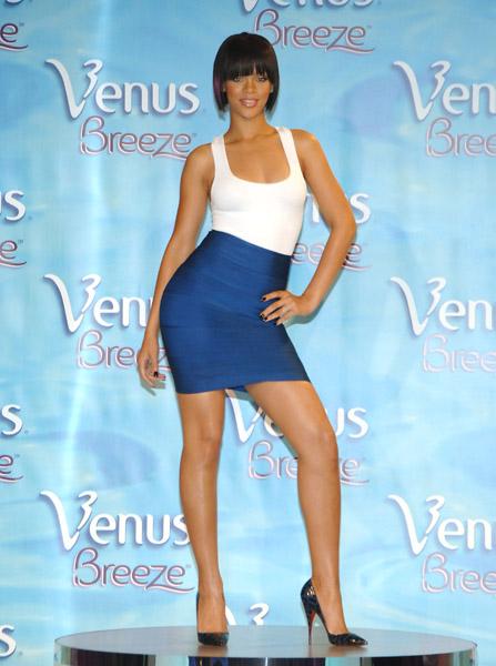 mujeres en vestidos cortos