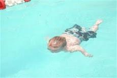Parece conocer el agua o haber sido un nadador desde sus primeros días de nacimiento. Es el pequeño
