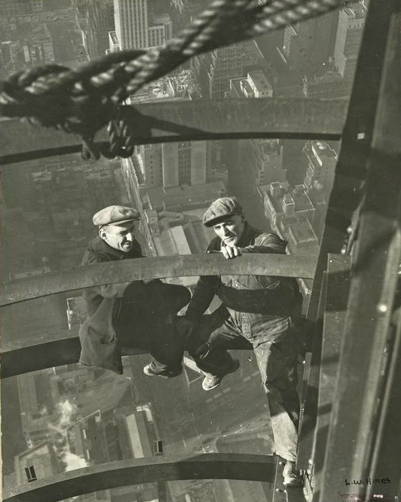 Photos d'une autre époque Lewis+Wickes+Hine+-+Workers+inspecting+steel+1931