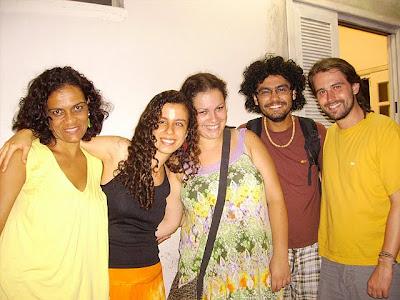 Sara e os quatro amigos, já sem as vendas, sorrindo para a foto