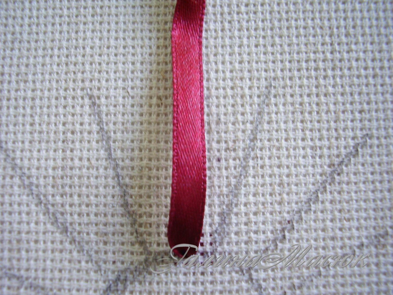 Протяните иголку с лентой на лицевую сторону ткани в исходной точке одного из лучей схемы.  Направьте...