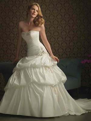 2011 wedding dresses trend 1 2011 Wedding Gown Trends MORE