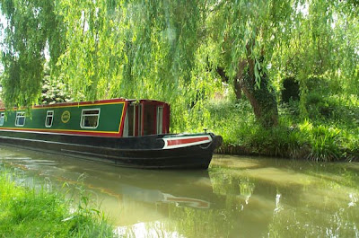narrowboat on the canal at cropredy