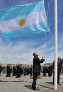 Don Rubén Buira izando la bandera argentina. bonita estampa del izado de la bandera argentina