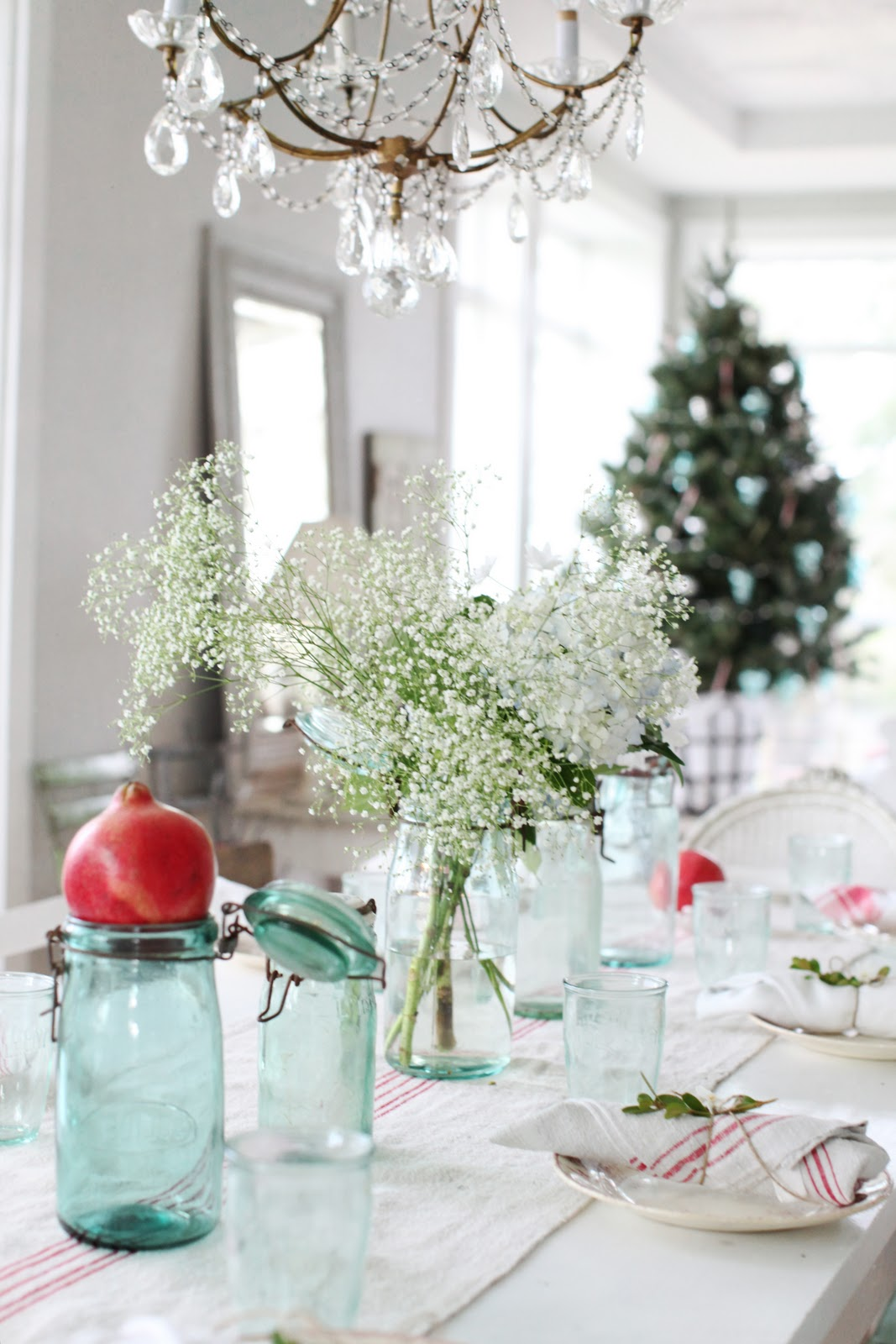 Dreamy whites a simple christmas table setting - Decor de table noel ...