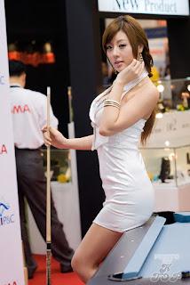 Si Seksi Yang Bermain Billiard [Full Pic]