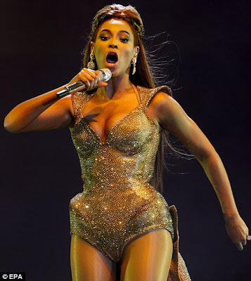 hot Beyoncé Knowles Flaunts Her Curves In Gold Jewelled Metal Corset