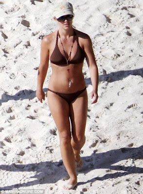 Britney Spears Sizzles In Hot Bikini in Caribbean