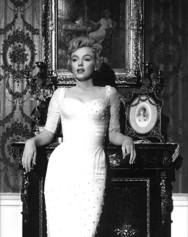 http://3.bp.blogspot.com/_yVudA_maRb4/S-elvCa5SEI/AAAAAAAAAmE/FxaN7gt7vSI/s1600/Marilyn_Monroe,_The_Prince_and_the_Showgirl,_1.jpg