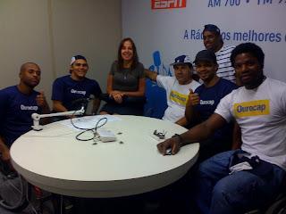 Mara Gabrilli no estúdio da Eldorado cercada por seis jogadores de basquete cadeirantes