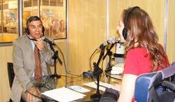 Sentado a mesa do estúdio, Sevieri de frente para a apresentadora Mara Gabrilli, no stande da Eldorado na Reatech