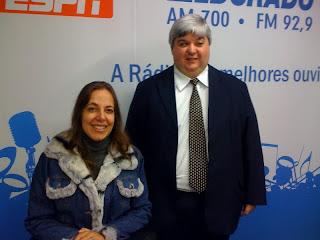 Mara Gabrilli ao lado do professor Roberto Bolonhini no estúdio da Rádio Eldorado