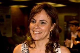 Foto apenas do rosto de Luciana Quintão sorrindo